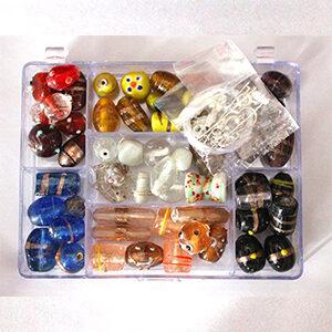 Glasperlen-Set in Rechteckdose, ca. 150 Gramm je Dose, inkl. Zubehör