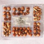 Holzperlen-Set in Rechteckdose, ca. 65 Perlen inkl. Zubehör, natur